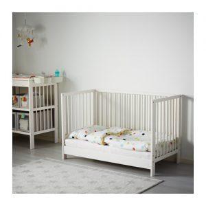 le regole per arredare una cameretta in stile montessori. Black Bedroom Furniture Sets. Home Design Ideas