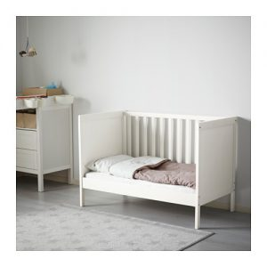 le regole per arredare una cameretta in stile montessori. Black Bedroom Furniture Sets. Home Design Ideas